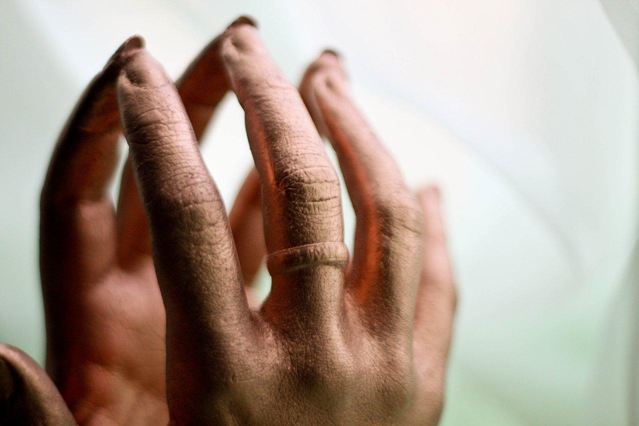 Скульптурные копии рук photo